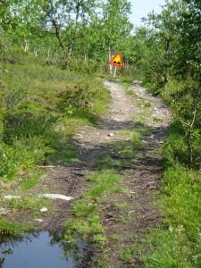 Fyrhjulingsväg med varningsskylt